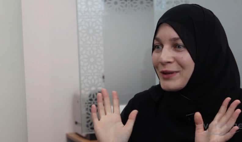 """""""Ik vroeg de Priester of hij me wilde vergeven; hij zei nee. Toen werd ik moslima…"""""""